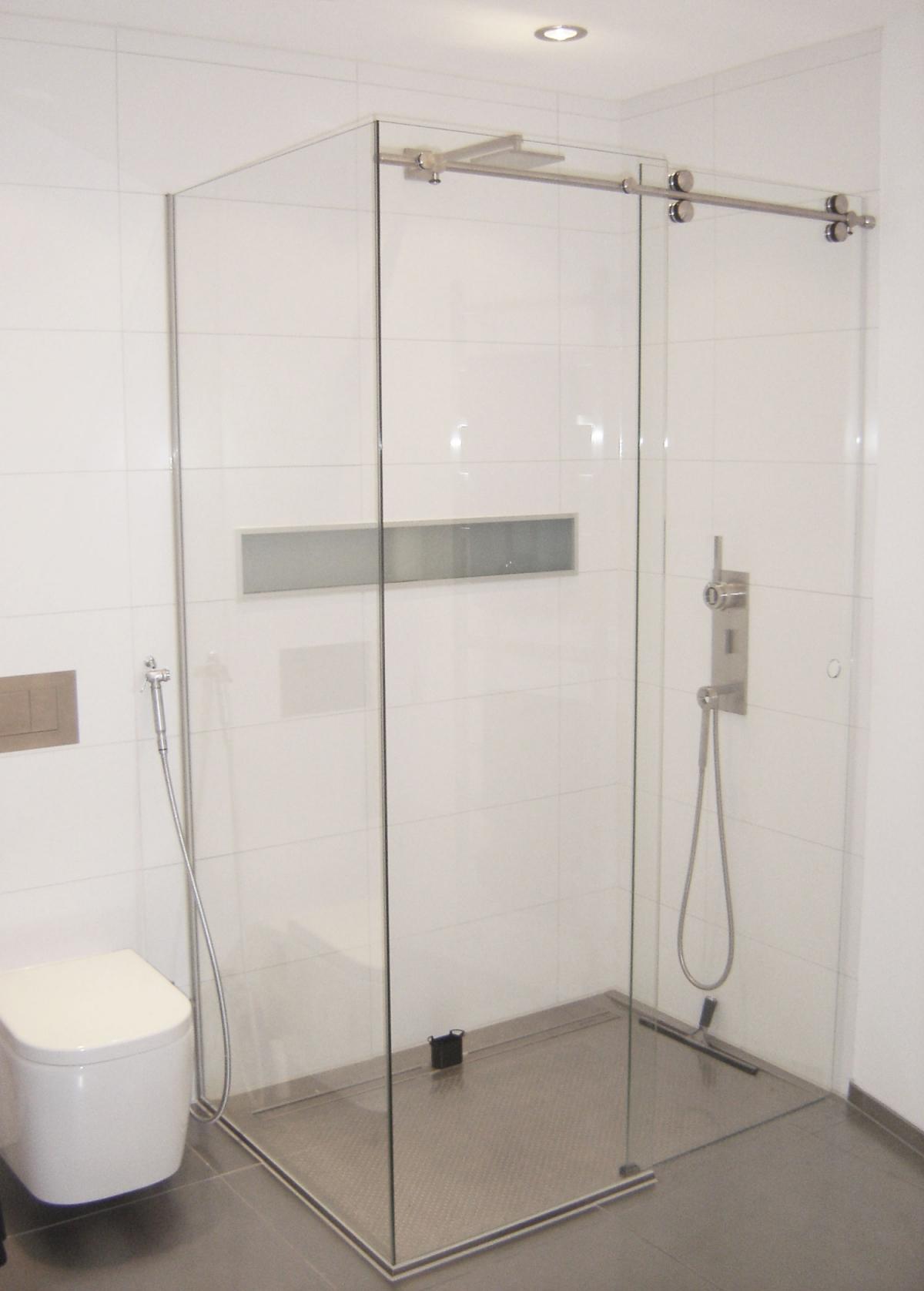 Vidre leiden - Glazen douche schuifcabine met een zijlicht en wand